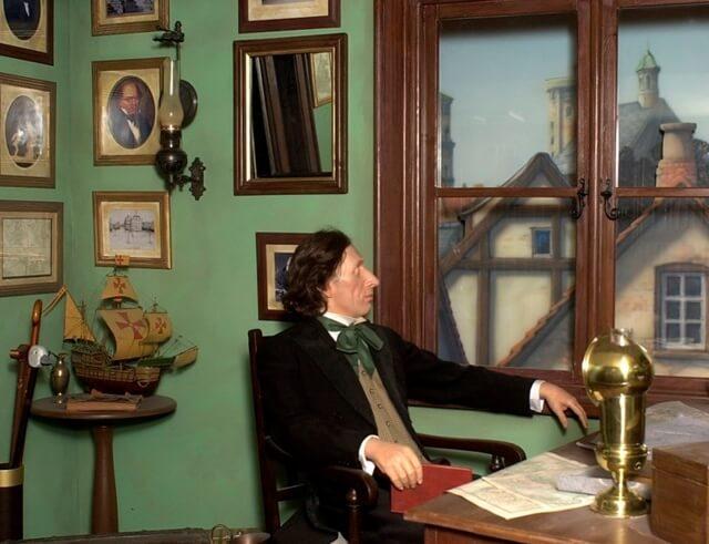 Andersen az elején nem a meséiről volt híres, hanem a költeményeiről, majd később vált híressé a meséivel.  Az első mesés kötete nagyon rossz kritikákat kapott, de az olvasók bizalmat szavaztak neki.  Ennek köszönhetően nem hagyta abba az írást és összesen 175 mesét írt és hagyott hátra.