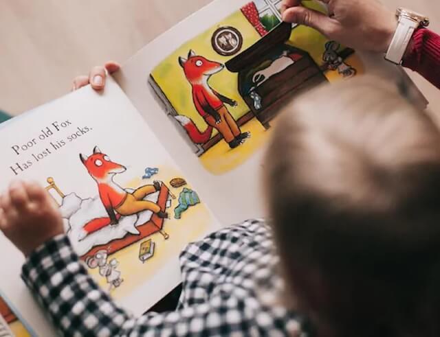 Szülőként biztosan te is elbizonytalanodsz, talán látod magad a könyvesboltban, ahogy a jobb és a bal kezedben is van egy mesekönyv, de egyszerűen nem tudod eldönteni, hogy melyiket vidd haza. Aztán egy belső hang az egyik felé húz, de te a logikával próbálod lebeszélni magad, és a bal agyféltekéd azonnali válaszokat követel.