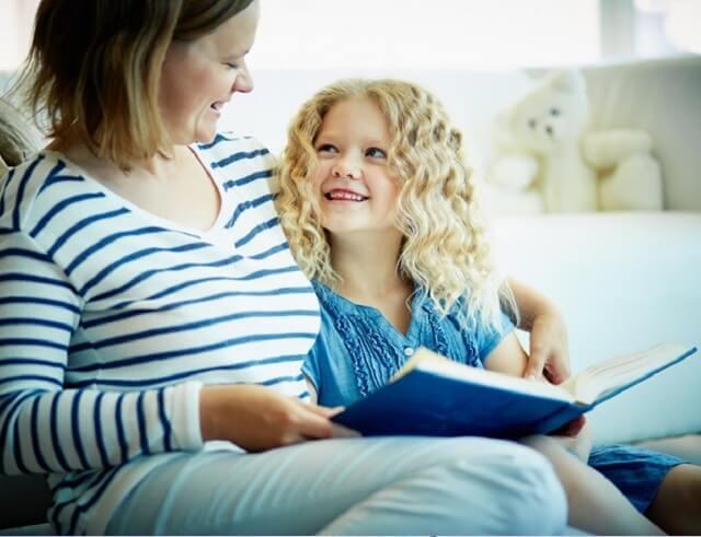 A meseolvasás fontossága megkérdőjelezhetetlen a gyermek megfelelő fejlődése érdekében, hiszen megannyi pozitív hatással bír, mellette pedig egy olyan közös rituálét teremthetünk, amellyel a szülő-gyermek kapcsolódást is elmélyíthetjük.