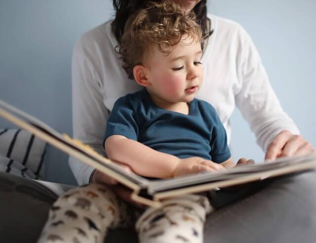 Miért nem olvas a gyerek? Ezt a kérdést rengeteg szülő teszi fel nap, mint nap. Igaz, hogy senki nem születik könyvvel a kezében, azonban igenis sokat tehetünk azért, hogy a picik hamar megszeressék a meséket, és később saját maguk is az olvasás szerelmeseivé váljanak. Hogyan érhetjük ezt el? Nézzük!