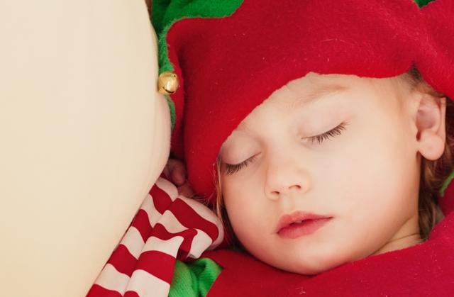 Zizi, a fiatal álommanó gondterhelten lépkedett a járdán. Édesapja, a fő álommanó nemrég bízta rá a pici gyerekek elaltatását. Büszkén látott neki a feladatnak, kitartásának és szorgalmának köszönhetően minden babát hamar el tudott altatni. Elég volt annyi, hogy meghallották csengő énekét, egy pici álomport fújt az arcukra, és békésen aludtak reggelig.   Olivér azonban nagy feladatnak bizonyult. Három holdtöltével ezelőtt született, és eddig ő volt az egyetlen embergyerek, akit nem tudott elaltatni, csak n